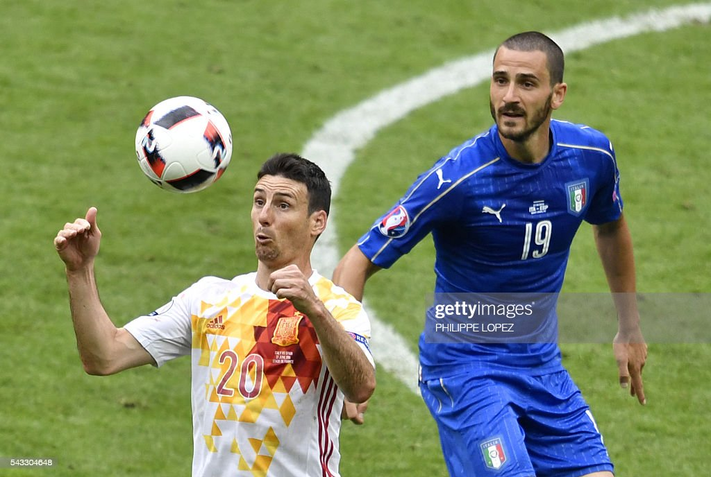 Spain's forward Aritz Aduriz (L) controls the ball beside Italy's defender Leonardo Bonucci during Euro 2016 round of 16 football match between Italy and Spain at the Stade de France stadium in Saint-Denis, near Paris, on June 27, 2016. / AFP / PHILIPPE
