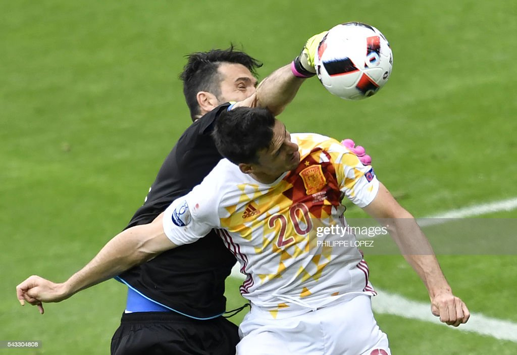 Spain's forward Aritz Aduriz (R) vies with Italy's goalkeeper Gianluigi Buffon during Euro 2016 round of 16 football match between Italy and Spain at the Stade de France stadium in Saint-Denis, near Paris, on June 27, 2016. / AFP / PHILIPPE