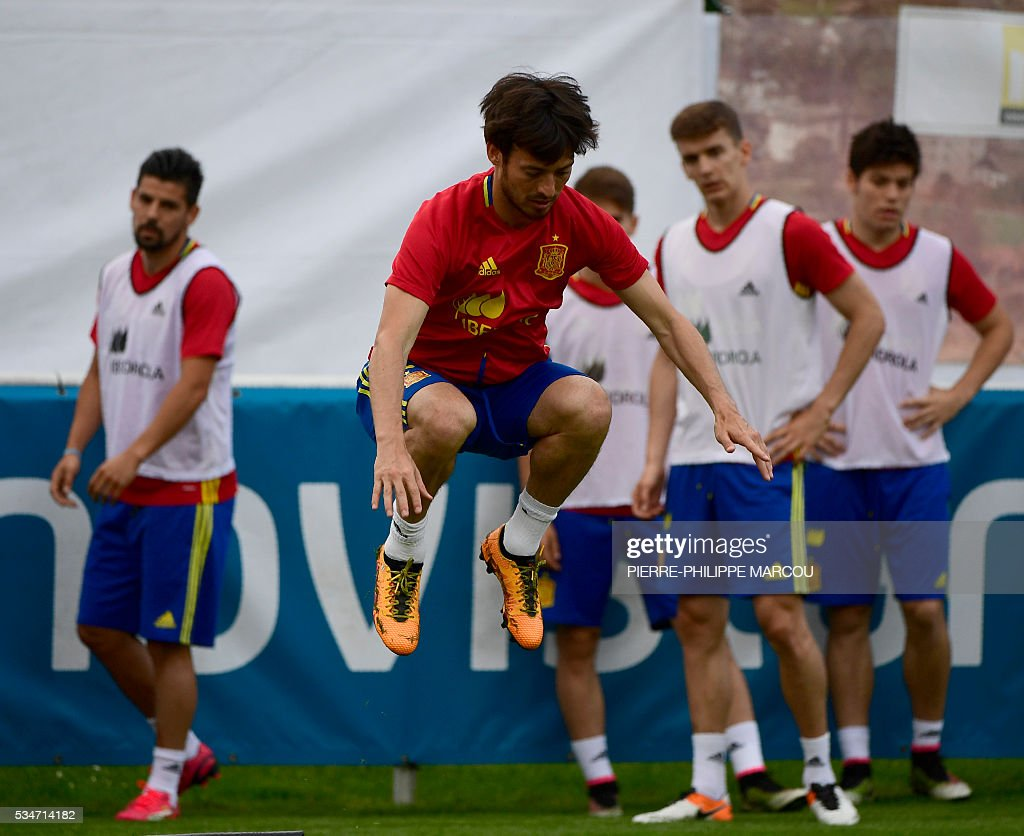 Spain's forward David Silva (C) attends a training session in Schruns, Austria, on May 27, 2016 preparing for the upcoming Euro 2016 European football championships. / AFP / PIERRE
