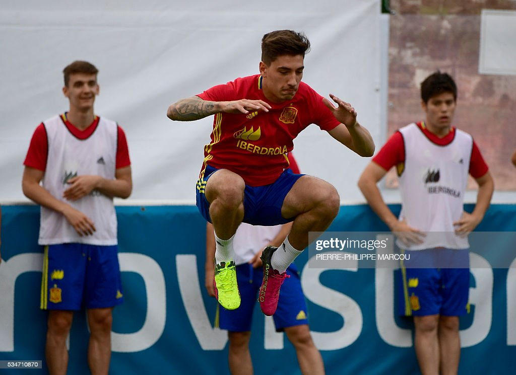 Spain's forward Hector Bellerin (C) jumps during a training session in Schruns, Austria, on May 27, 2016, preparing for the upcoming Euro 2016 European football championships. / AFP / PIERRE