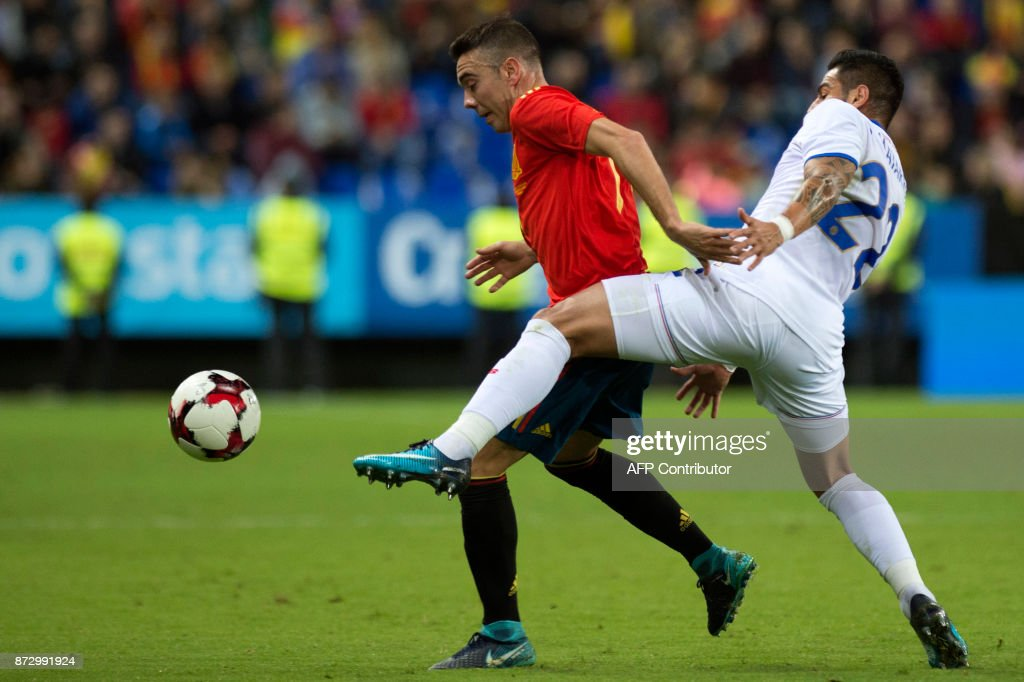 Spain's forward Iago Aspas (L) vies with Costa Rica's defender Ronald Matarrita during the international friendly football match Spain against Costa Rica at La Rosaleda stadium in Malaga on November 11, 2017. /