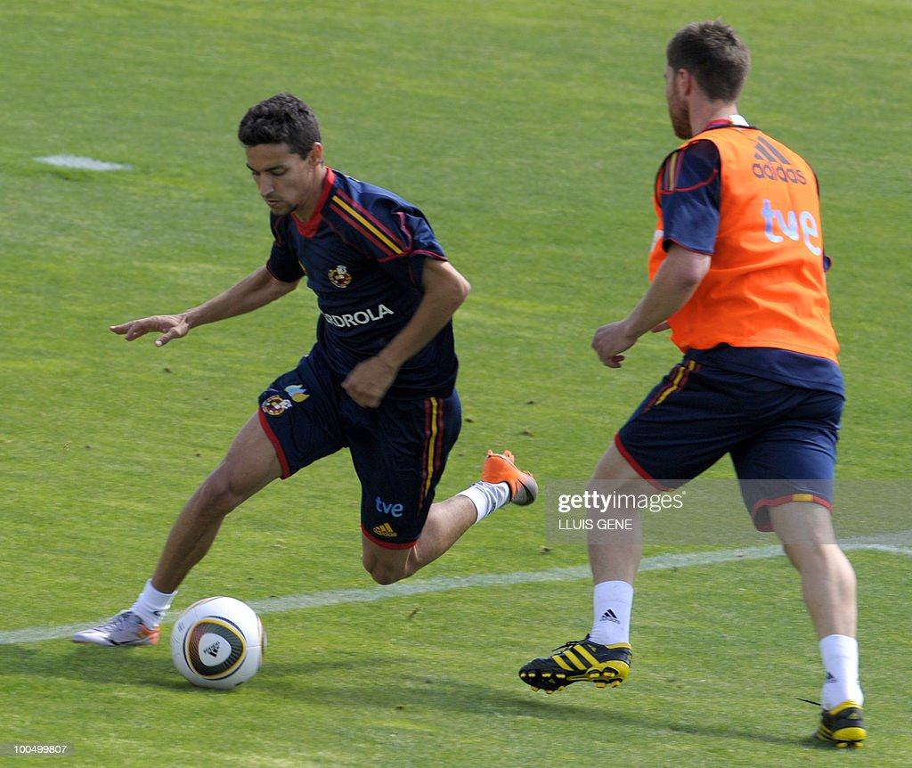 Spain's forward Jesus Navas (L) vies with Spain's midfielder Xabi Alonso (R) during a training session of the Spanish football team on May 25, 2010, at the Sports City of Las Rozas, near Madrid. Spain, among the favourites for the World Cup, which runs from June 11-July 11, face Switzerland, Honduras and Chile in Group H of the opening round.
