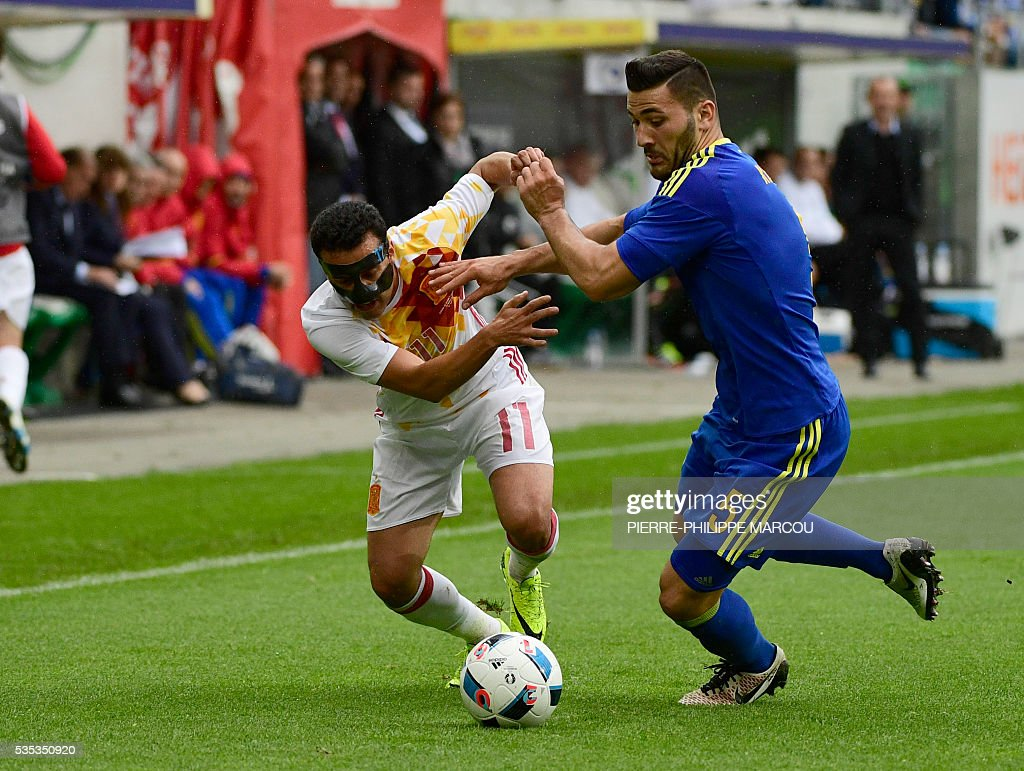 Spain's forward Pedro (L) vies for the ball with Bosnia's defender Sead Kolasinac during the friendly football match between Spain Bosnia and Herzegovina at the AFG Arena in St Gallen, Switzerland, on May 29, 2016, in preparation for the upcoming Euro 2016 European football championship. / AFP / PIERRE