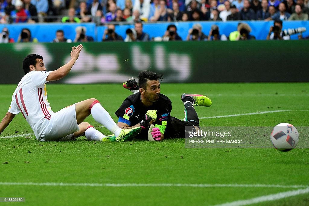 Spain's forward Pedro (L) vies with Italy's goalkeeper Gianluigi Buffon during Euro 2016 round of 16 football match between Italy and Spain at the Stade de France stadium in Saint-Denis, near Paris, on June 27, 2016. / AFP / PIERRE