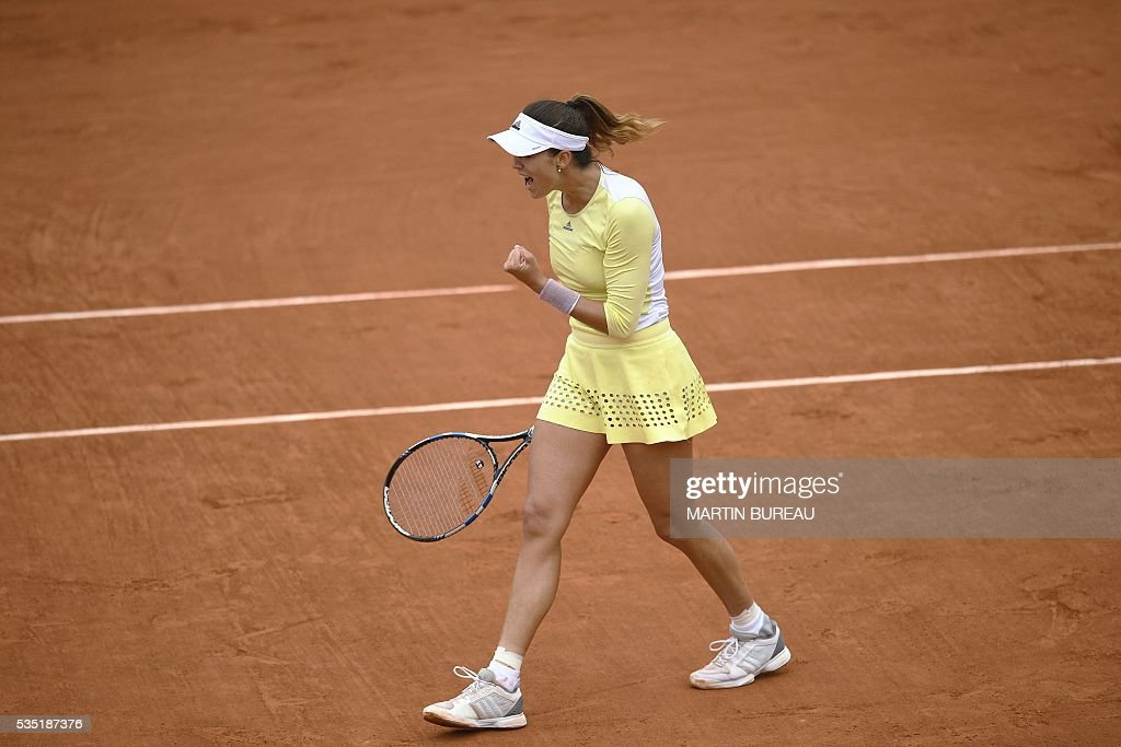 Spain's Garbine Muguruza reacts after winning a point during her women's fourth round match against Russia's Svetlana Kuznetsova at the Roland Garros 2016 French Tennis Open in Paris on May 29, 2016. / AFP / MARTIN