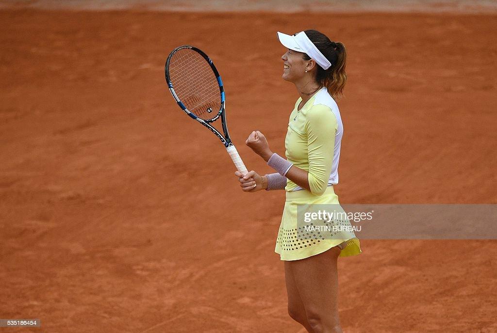 Spain's Garbine Muguruza reacts after winning her women's fourth round match against Russia's Svetlana Kuznetsova at the Roland Garros 2016 French Tennis Open in Paris on May 29, 2016. / AFP / MARTIN