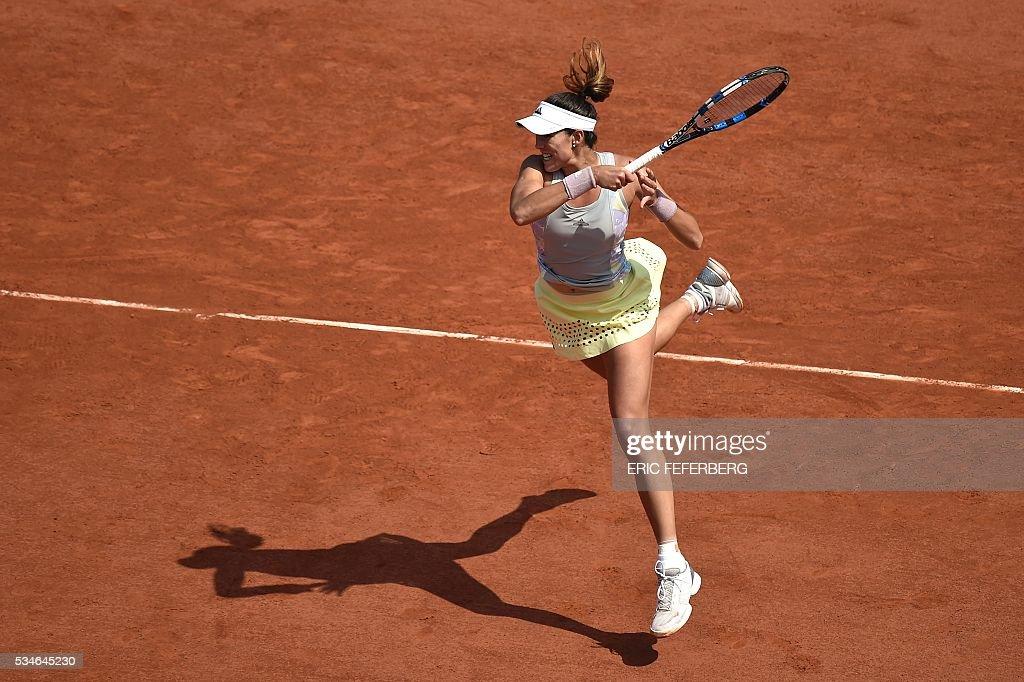 Spain's Garbine Muguruza returns the ball to Belgium's Yanina Wickmayer during their women's third round match at the Roland Garros 2016 French Tennis Open in Paris on May 27, 2016. / AFP / Eric FEFERBERG
