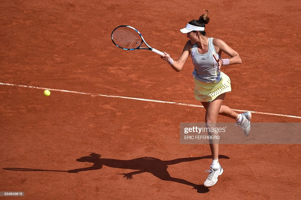 Spain's Garbine Muguruza returns the ball to Belgium's Yanina Wickmayer during their women's third round match at the Roland Garros 2016 French Tennis Open in Paris on May 27, 2016. / AFP / Eric FEFERBERG