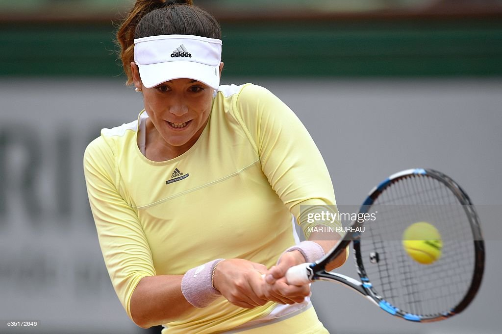 Spain's Garbine Muguruza returns the ball to Russia's Svetlana Kuznetsova during their women's fourth round match at the Roland Garros 2016 French Tennis Open in Paris on May 29, 2016. / AFP / MARTIN