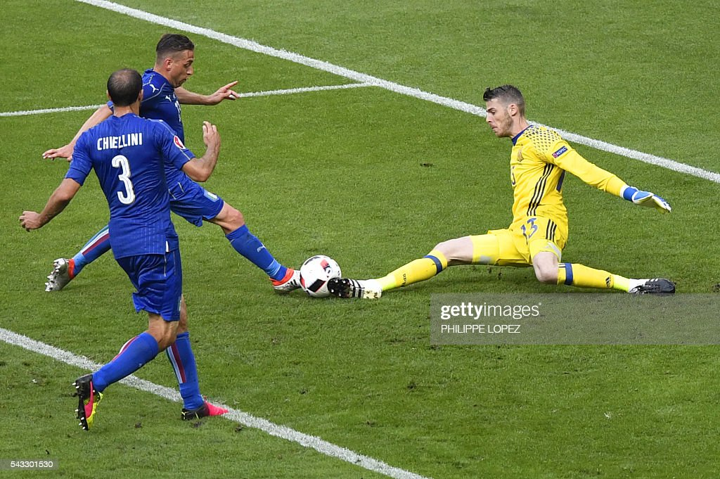 Spain's goalkeeper David De Gea (R) fails to stop a ball in front of Italy's midfielder Emanuele Giaccherini (2nd L) and Italy's defender Giorgio Chiellini during Euro 2016 round of 16 football match between Italy and Spain at the Stade de France stadium in Saint-Denis, near Paris, on June 27, 2016. / AFP / PHILIPPE