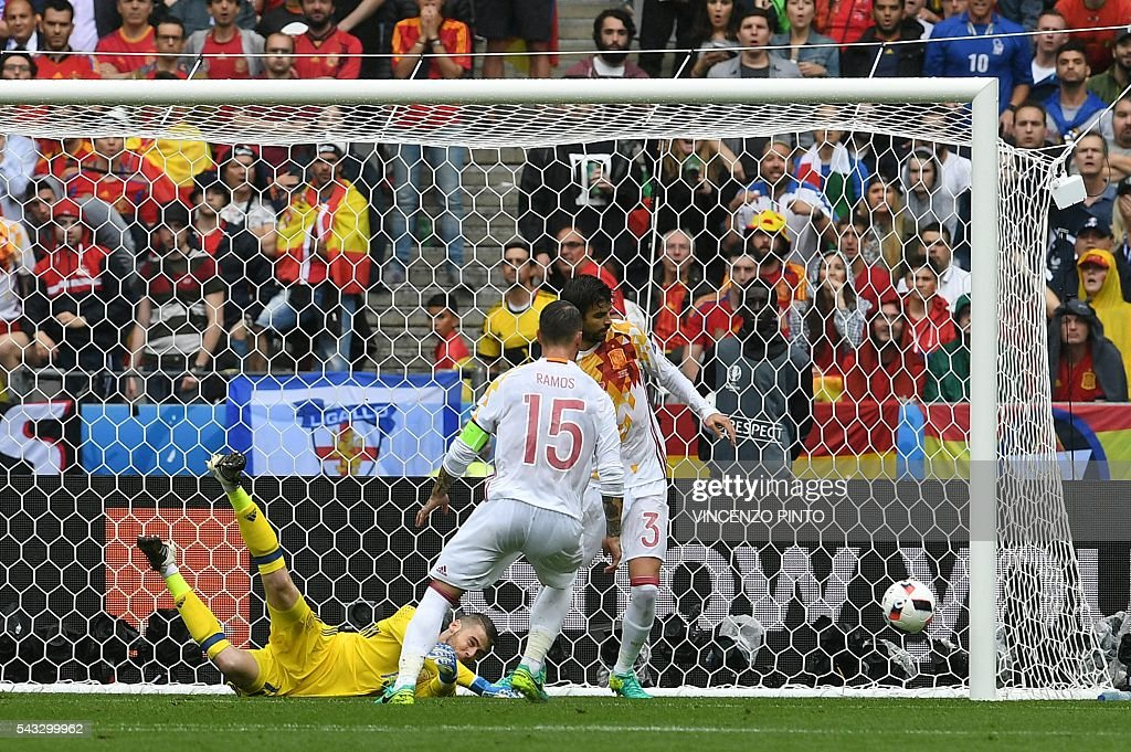Spain's goalkeeper David De Gea (L) jumps for the ball during the Euro 2016 round of 16 football match between Italy and Spain at the Stade de France stadium in Saint-Denis, near Paris, on June 27, 2016. / AFP / VINCENZO