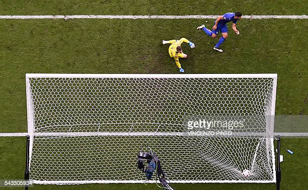 TOPSHOT Spain's goalkeeper David De Gea looks on as Italy's forward Pelle scores the 20 during the Euro 2016 round of 16 football match between Italy...