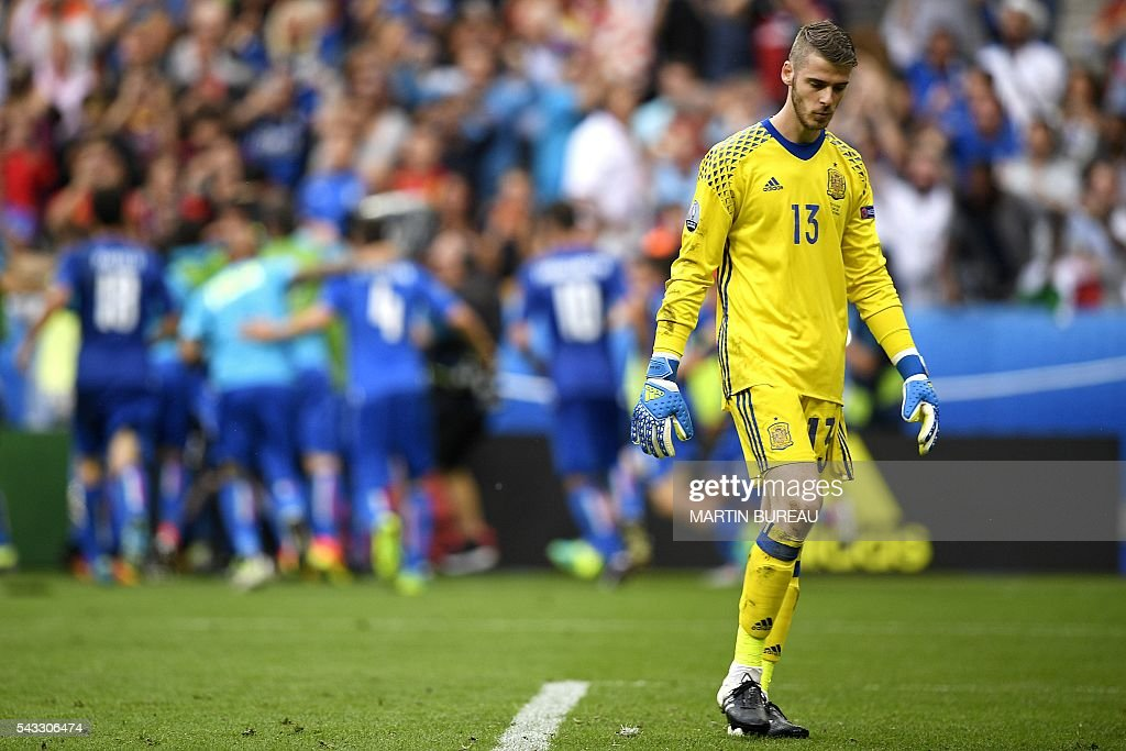 Spain's goalkeeper David De Gea reacts after Spain lost 0-2 to Italy in the Euro 2016 round of 16 football match between Italy and Spain at the Stade de France stadium in Saint-Denis, near Paris, on June 27, 2016. / AFP / MARTIN
