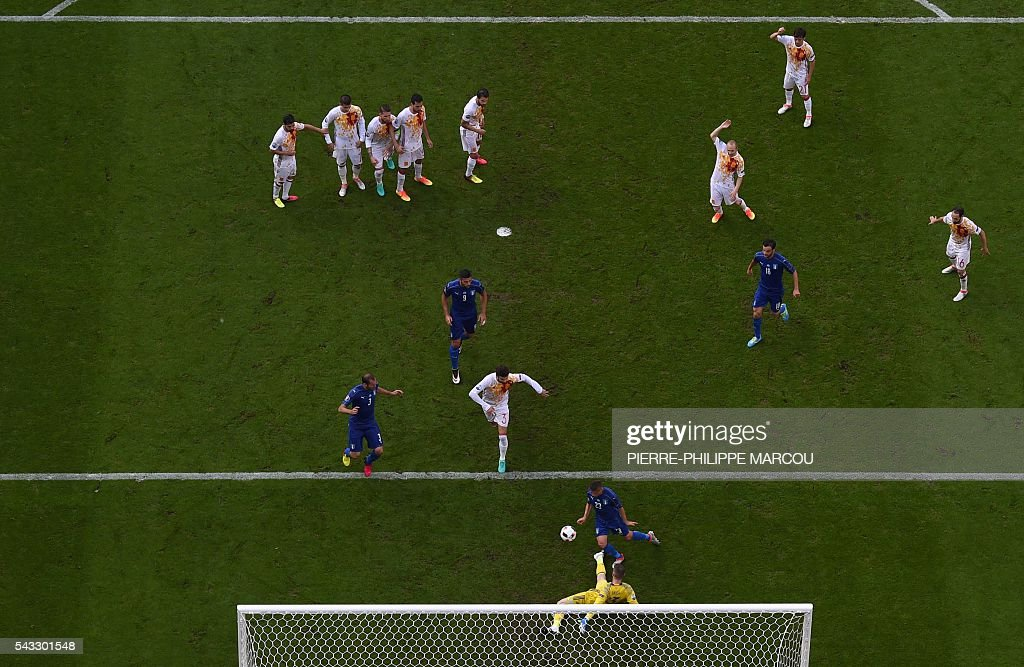 Spain's goalkeeper David De Gea (bottom) vies for the ball with Italy's midfielder Emanuele Giaccherini (2nd from bottom) and Italy's defender Giorgio Chiellini (bottom L) after a free kick for Italy during Euro 2016 round of 16 football match between Italy and Spain at the Stade de France stadium in Saint-Denis, near Paris, on June 27, 2016. / AFP / Pierre-Philippe MARCOU