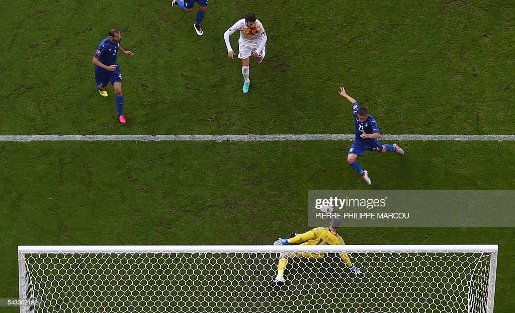 Spain's goalkeeper David De Gea (bottom) vies for the ball with Italy's midfielder Emanuele Giaccherini (R) and Italy's defender Giorgio Chiellini (L) after a free kick for Italy during Euro 2016 round of 16 football match between Italy and Spain at the Stade de France stadium in Saint-Denis, near Paris, on June 27, 2016. / AFP / Pierre-Philippe MARCOU