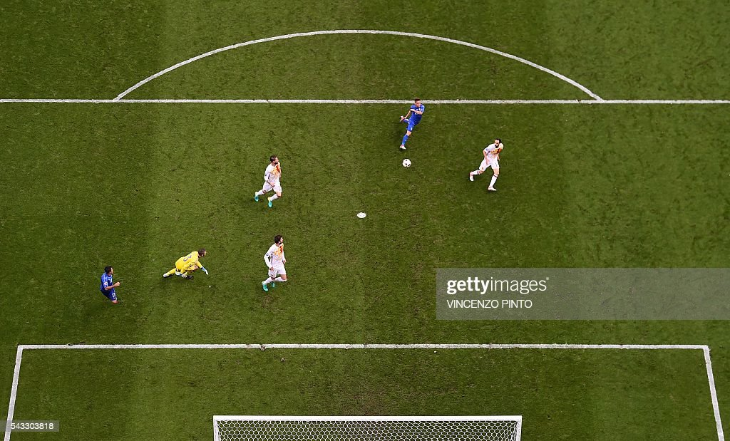 Spain's goalkeeper David De Gea (2nd L) vies for the ball with Italy's midfielder Emanuele Giaccherini (2nd R) during the Euro 2016 round of 16 football match between Italy and Spain at the Stade de France stadium in Saint-Denis, near Paris, on June 27, 2016. / AFP / Vincenzo PINTO
