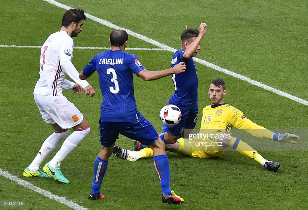 Spain's goalkeeper David De Gea (R) vies with Italy's midfielder Emanuele Giaccherini (2nd R) and Italy's defender Giorgio Chiellini (2nd L), beside Spain's defender Gerard Pique (L) during Euro 2016 round of 16 football match between Italy and Spain at the Stade de France stadium in Saint-Denis, near Paris, on June 27, 2016. / AFP / PHILIPPE