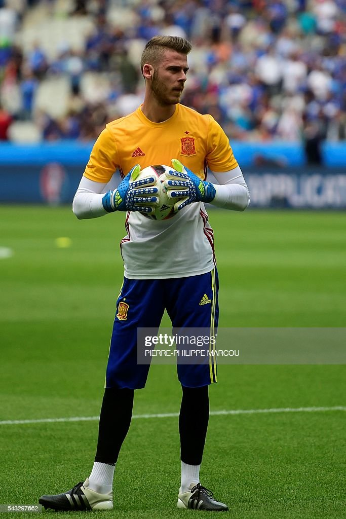 Spain's goalkeeper David De Gea warms up ahead the Euro 2016 round of 16 football match between Italy and Spain at the Stade de France stadium in Saint-Denis, near Paris, on June 27, 2016. / AFP / PIERRE