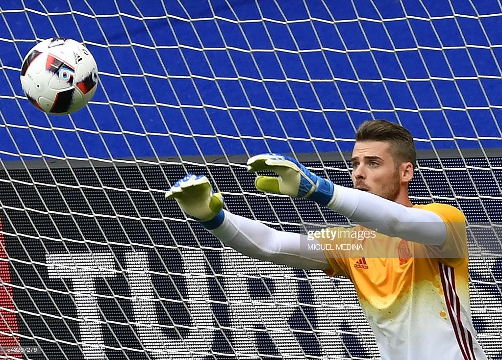 Spain's goalkeeper David De Gea warms up before the Euro 2016 round of 16 football match between Italy and Spain at the Stade de France stadium in Saint-Denis, near Paris, on June 27, 2016. / AFP / MIGUEL