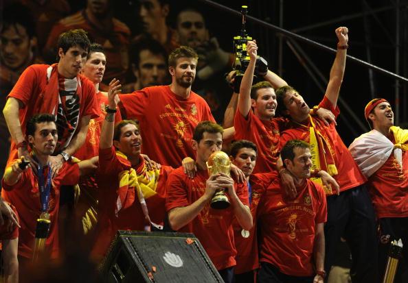 Spain's goalkeeper Iker Casillas (C) kis : News Photo
