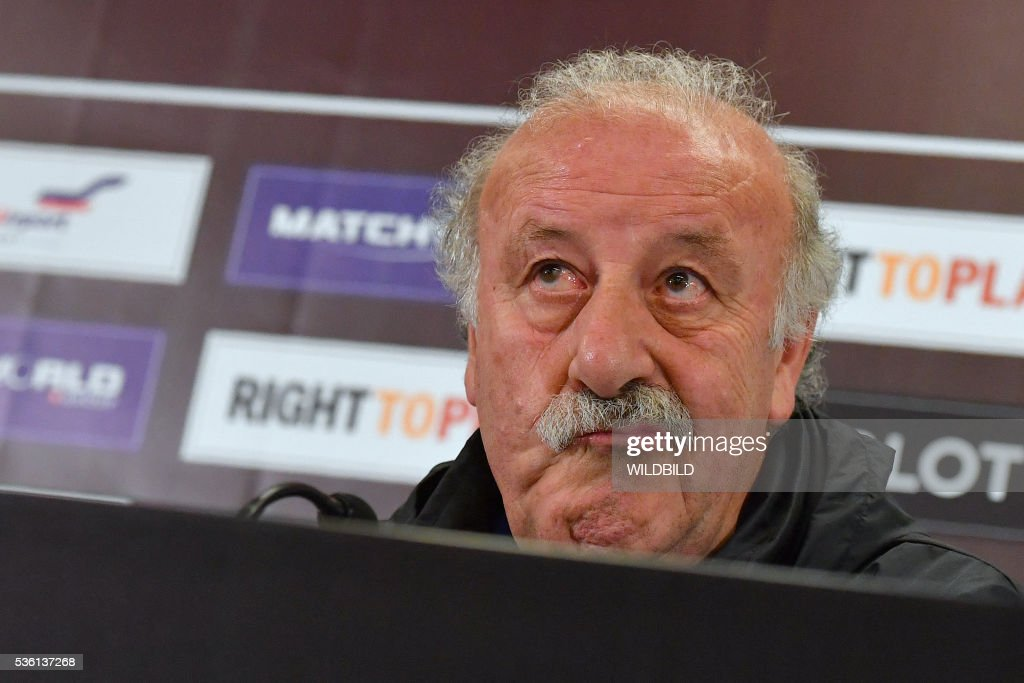 Spain's head coach Vicente del Bosque addresses a press conference at Red Bull stadium in Salzburg, Austria on May 31, 2016. / AFP / WILDBILD