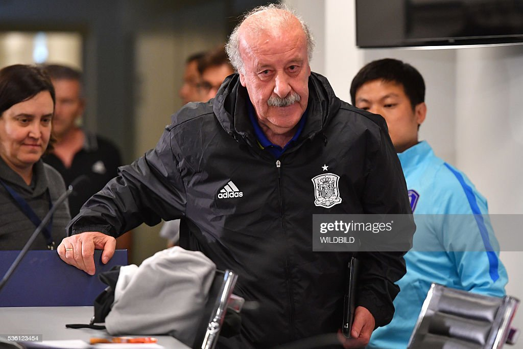 Spain's head coach Vicente del Bosque arrives for a press conference at Red Bull stadium in Salzburg, Austria on May 31, 2016. / AFP / WILDBILD