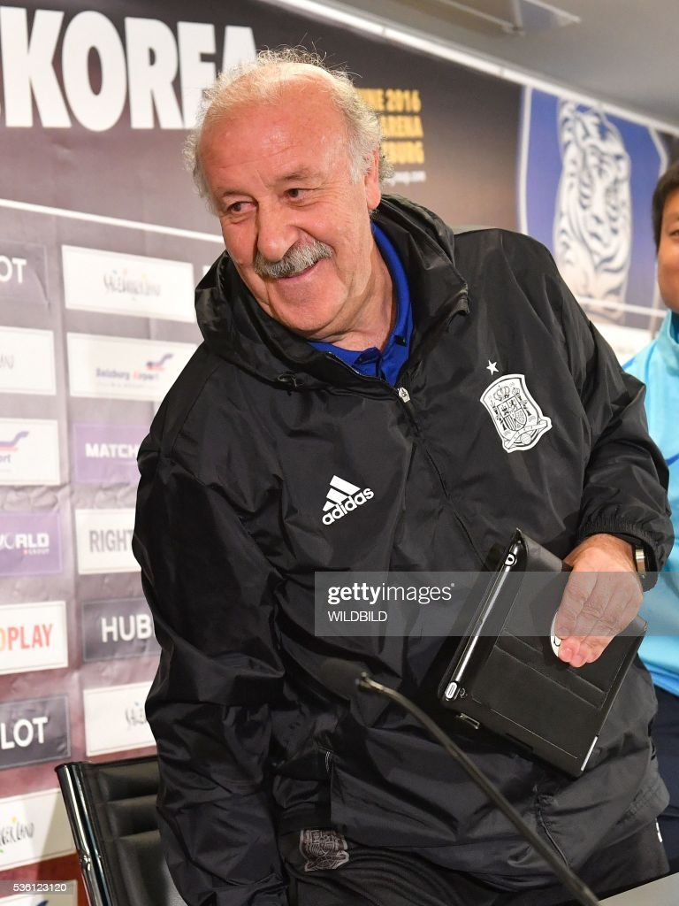 Spain's head coach Vicente del Bosque leaves after a press conference at Red Bull stadium in Salzburg, Austria on May 31, 2016. / AFP / WILDBILD