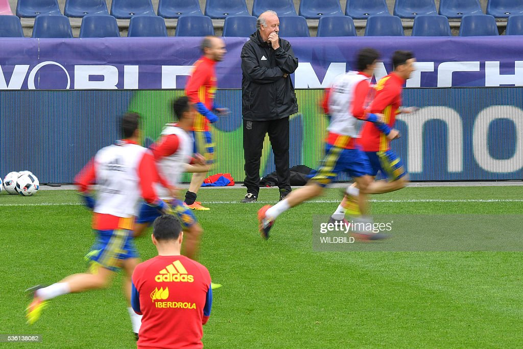 Spain's head coach Vicente del Bosque oversees a training session at Red Bull stadium in Salzburg, Austria on May 31, 2016. / AFP / WILDBILD