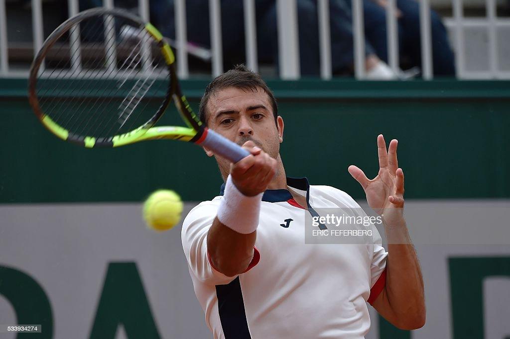 Spain's Inigo Cervantes-Huegun serves to Austria's Dominic Thiem during their men's first round match at the Roland Garros 2016 French Tennis Open in Paris on May 24, 2016. / AFP / Eric FEFERBERG