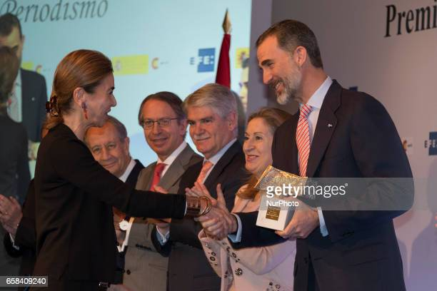 Spain's King Felipe VI gives the IberoAmerican Journalism award to UruguayanSpanish writer Carmen Posadas during the 34th edition of the King of...
