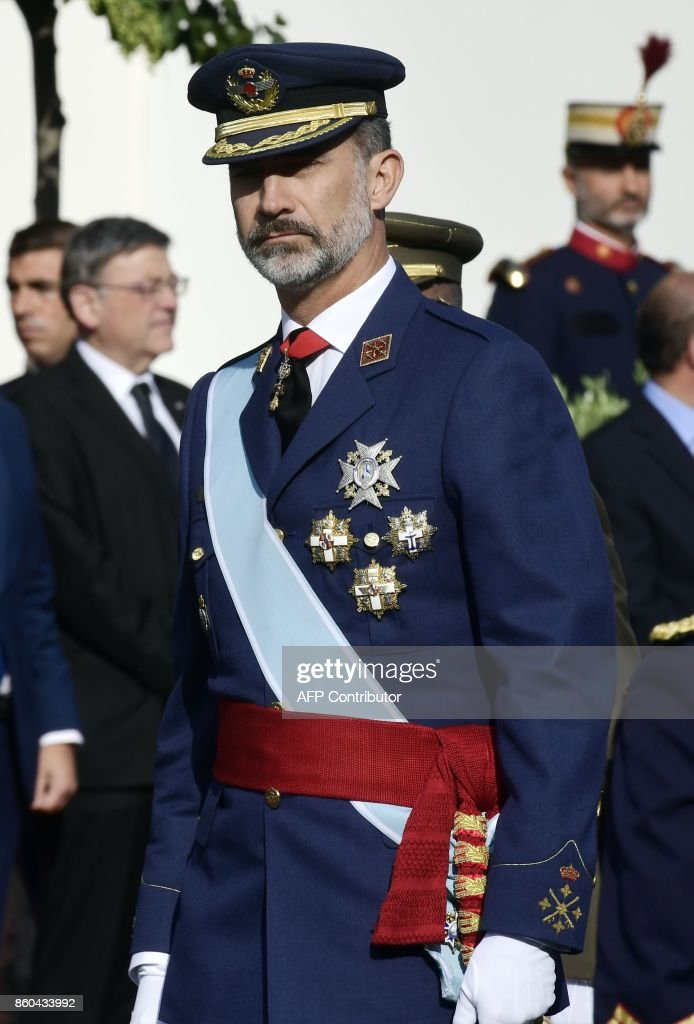 spains-king-felipe-iv-reviews-the-troops-during-the-spanish-national-picture-id860433992