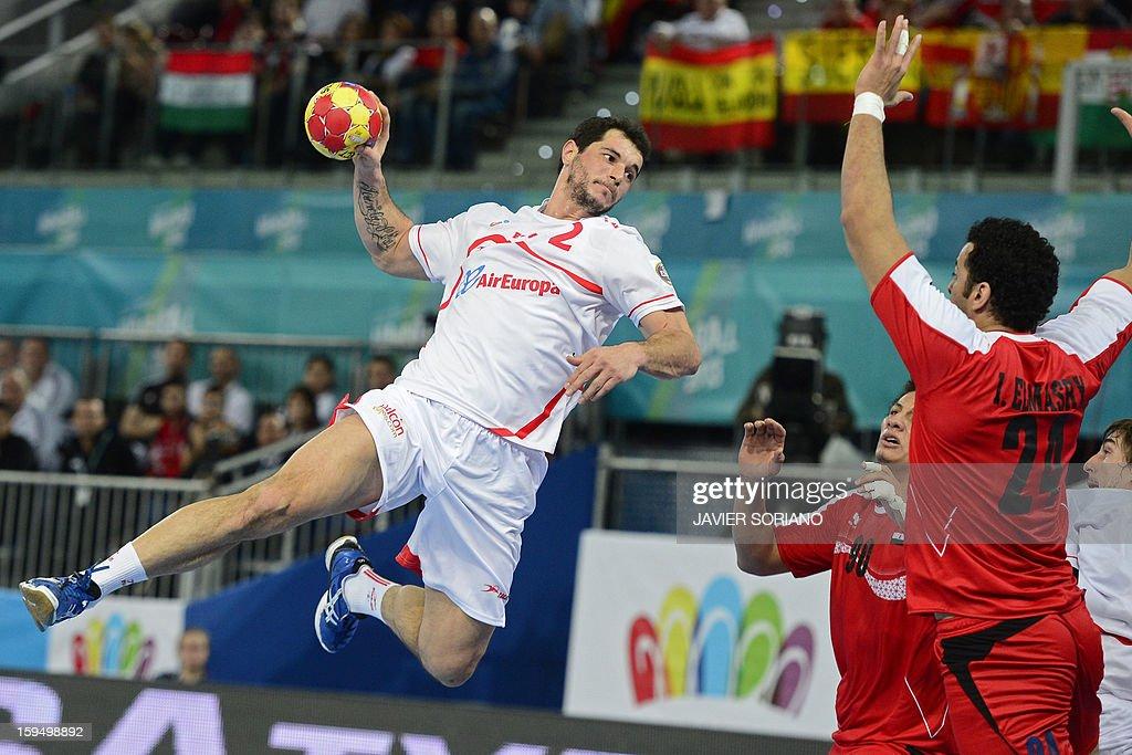 Spain's leftback Alberto Enterrios (L) shoots past Egypt's pivot Ibrahim Mohamed (R) during the 23rd Men's Handball World Championships preliminary round Group D match Egypt vs Spain at the Caja Magica in Madrid on January 14, 2013.