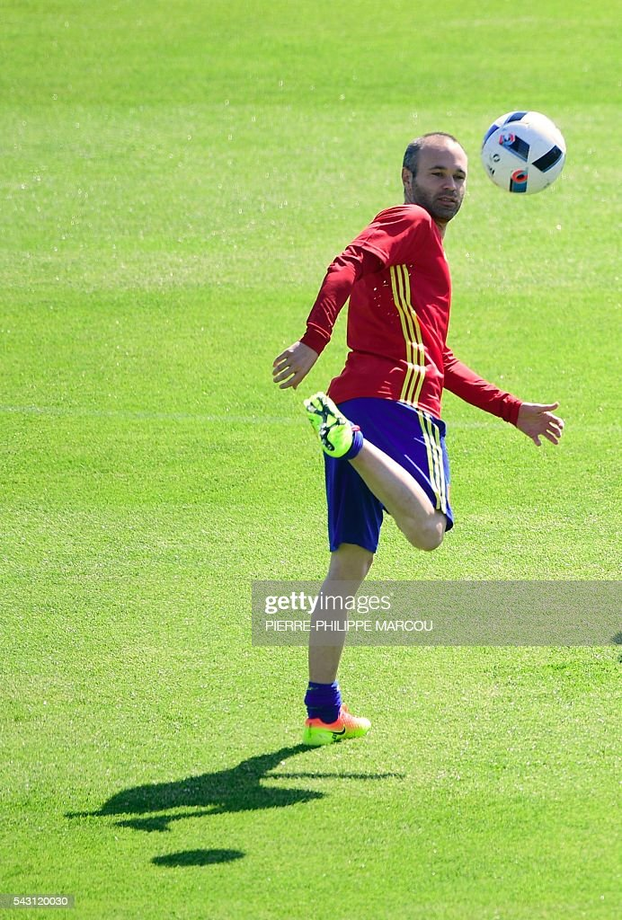 Spain's midfielder Andres Iniesta attends a training session at Saint Martin de Re's stadium on June 26, 2016, on the eve of their match against Italy during the Euro 2016 football tournament. / AFP / PIERRE