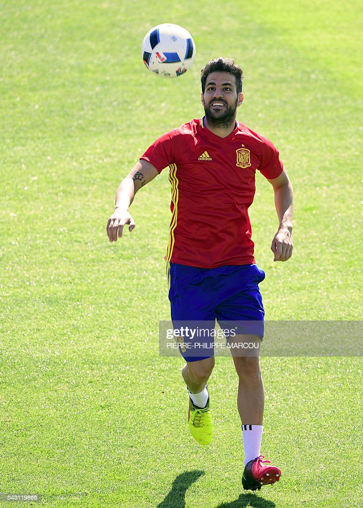Spain's midfielder Cesc Fabregas attends a training session at Saint Martin de Re's stadium on June 26, 2016, on the eve of their match against Italy during the Euro 2016 football tournament. / AFP / PIERRE