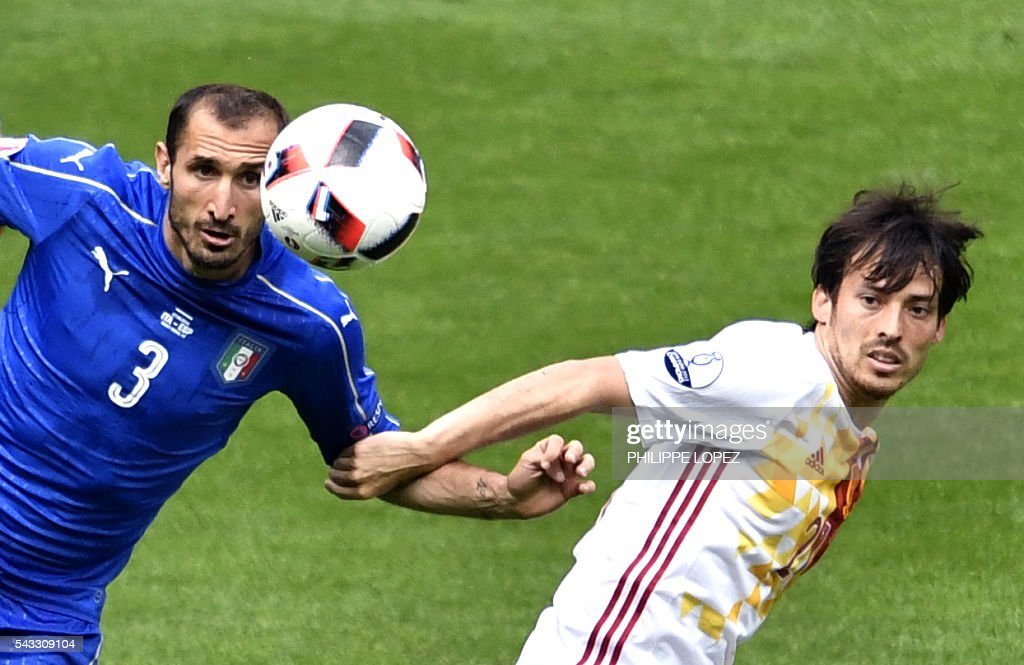 Spain's midfielder David Silva (R) vies with Italy's defender Giorgio Chiellini during Euro 2016 round of 16 football match between Italy and Spain at the Stade de France stadium in Saint-Denis, near Paris, on June 27, 2016. / AFP / PHILIPPE