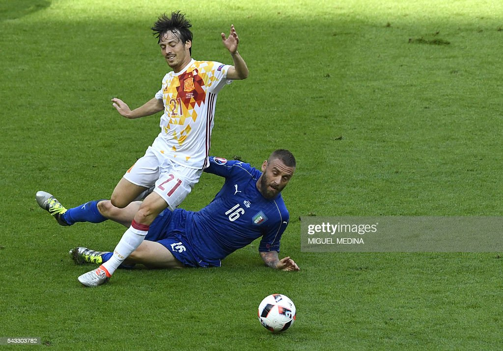 Spain's midfielder David Silva (L) vies with Italy's midfielder Daniele De Rossi during Euro 2016 round of 16 football match between Italy and Spain at the Stade de France stadium in Saint-Denis, near Paris, on June 27, 2016. / AFP / MIGUEL