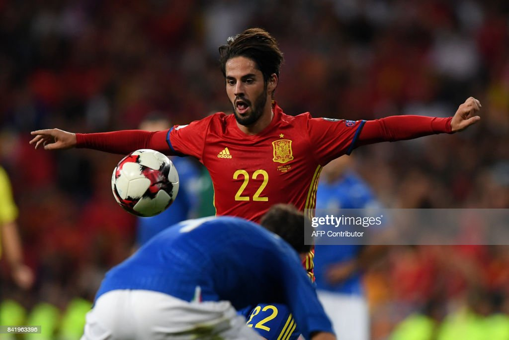 Spain's midfielder Isco eyes the ball during the World Cup 2018 qualifier football match Spain vs Italy at the Santiago Bernabeu stadium in Madrid on September 2, 2017. Spain won 3-0. /