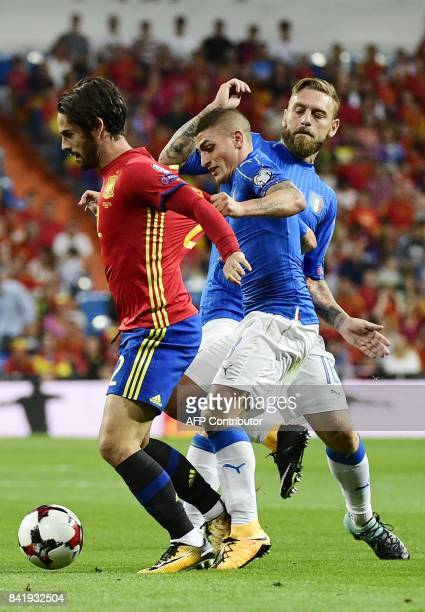 Spain's midfielder Isco vies with Italy's midfielder Marco Verratti and Italy's midfielder Daniele De Rossi during the World Cup 2018 qualifier...