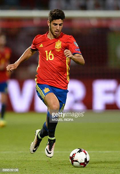 Spain's midfielder Marco Asensio runs with the ball during the WC 2018 football qualification match between Spain and Liechtenstein at the Reyno de...