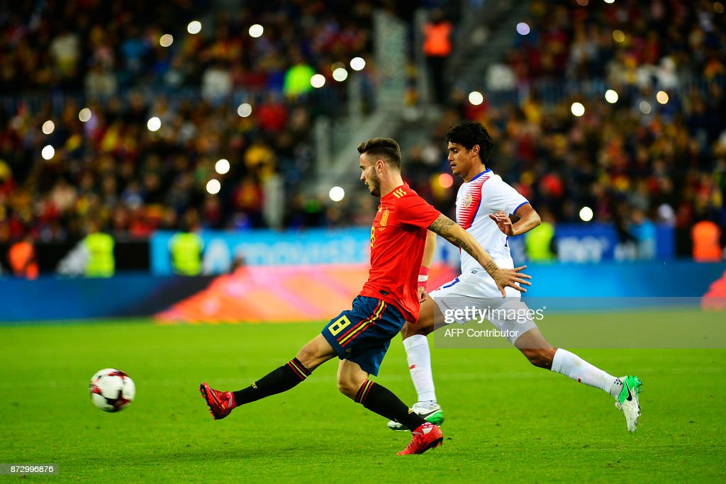 Spain's midfielder Saul (R) vies with Costa Rica's midfielder Christian Bolanos (R) during the international friendly football match Spain against Costa Rica at La Rosaleda stadium in Malaga on November 11, 2017. /