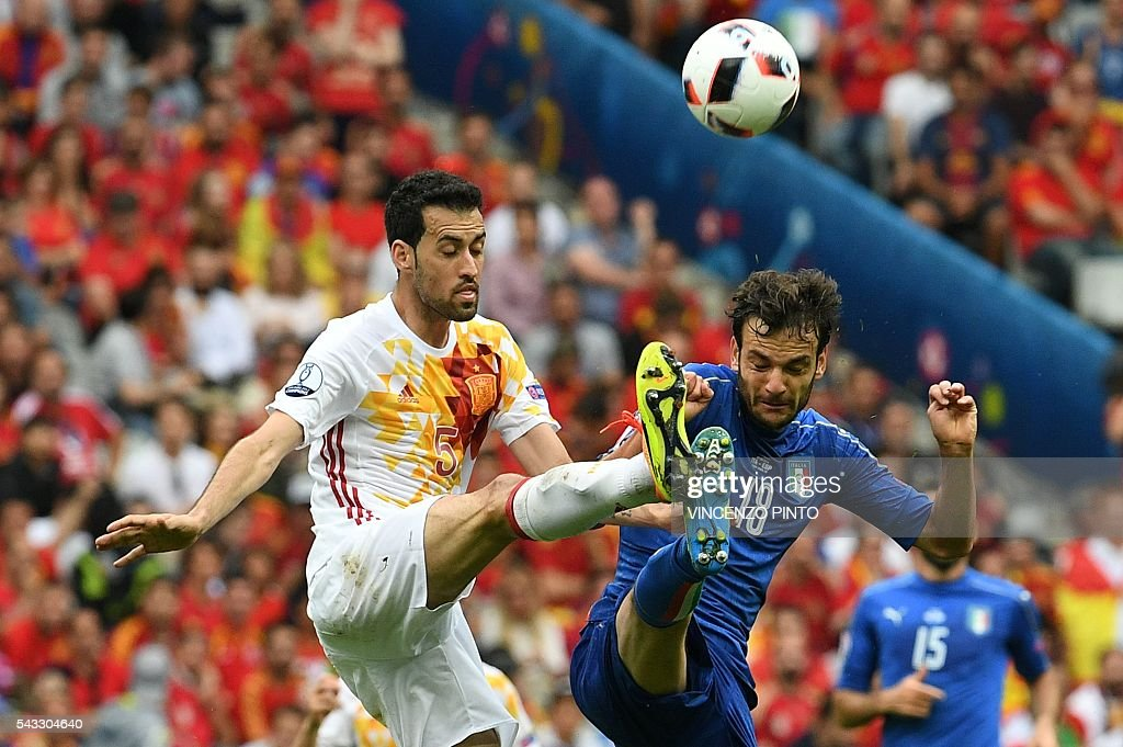 Spain's midfielder Sergio Busquets (L) vies for the ball with Italy's midfielder Marco Parolo during the Euro 2016 round of 16 football match between Italy and Spain at the Stade de France stadium in Saint-Denis, near Paris, on June 27, 2016. / AFP / VINCENZO