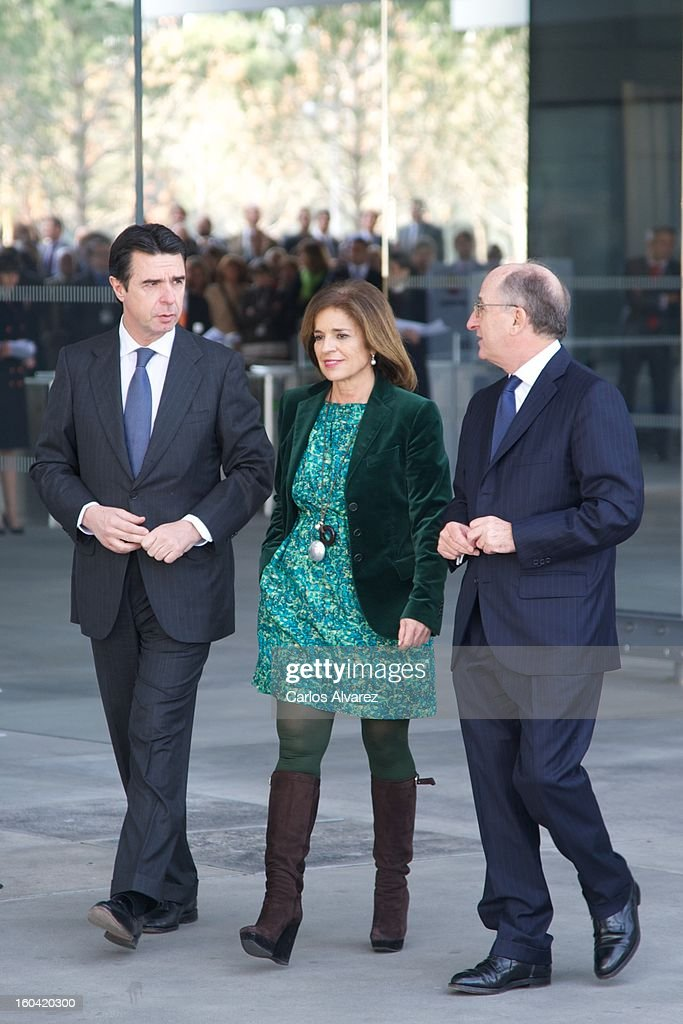 Spain's Minister of Industry, Energy and Tourism <a gi-track='captionPersonalityLinkClicked' href=/galleries/search?phrase=Jose+Manuel+Soria&family=editorial&specificpeople=6405496 ng-click='$event.stopPropagation()'>Jose Manuel Soria</a>, Madrid Major <a gi-track='captionPersonalityLinkClicked' href=/galleries/search?phrase=Ana+Botella&family=editorial&specificpeople=235432 ng-click='$event.stopPropagation()'>Ana Botella</a> and Repsol President Antonio Brufau during their visit to the new Repsol Headquarters on January 31, 2013 in Madrid, Spain.