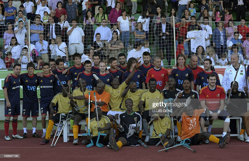 Spain's national football team pose with Sierra Leone's war amputees football players before a training session of the Spanish football team on May 25, 2010, at the Sports City of Las Rozas, near Madrid. Spain, among the favourites for the World Cup, which runs from June 11-July 11, face Switzerland, Honduras and Chile in Group H of the opening round.