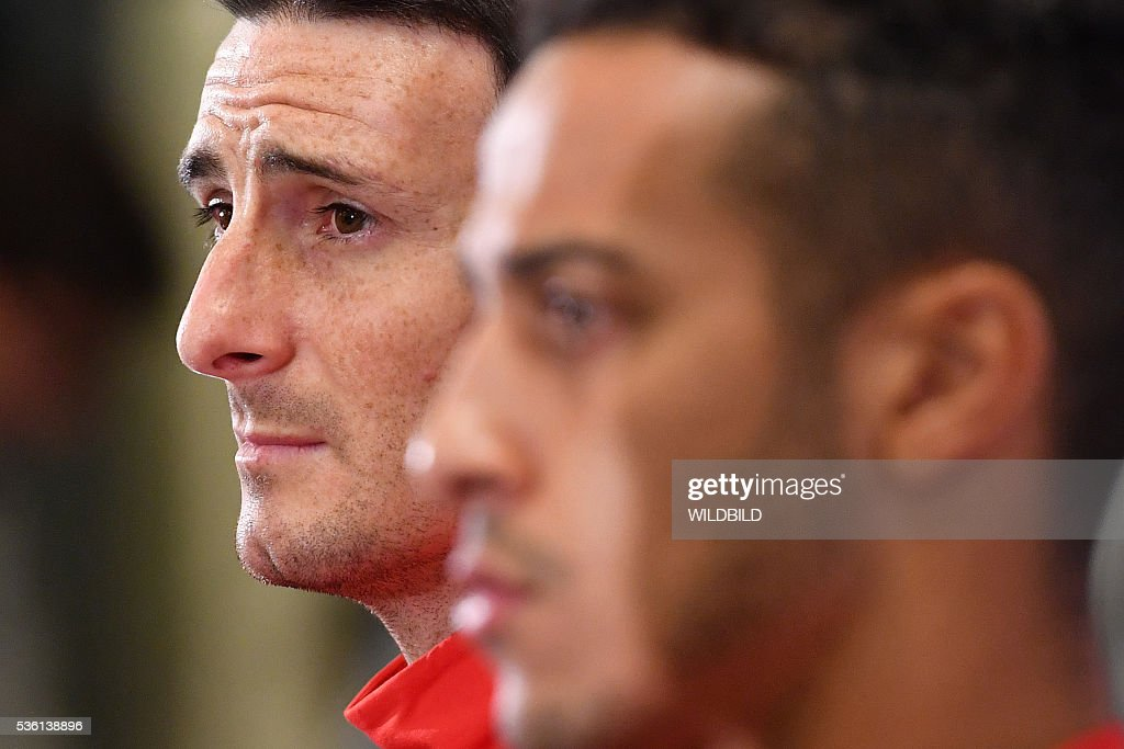 Spain's national soccer players Aritz Aduriz (L) and Thiago address a press conference in Schruns on May 30, 2016 in preparation for the upcoming Euro 2016 European football championships. / AFP / WILDBILD