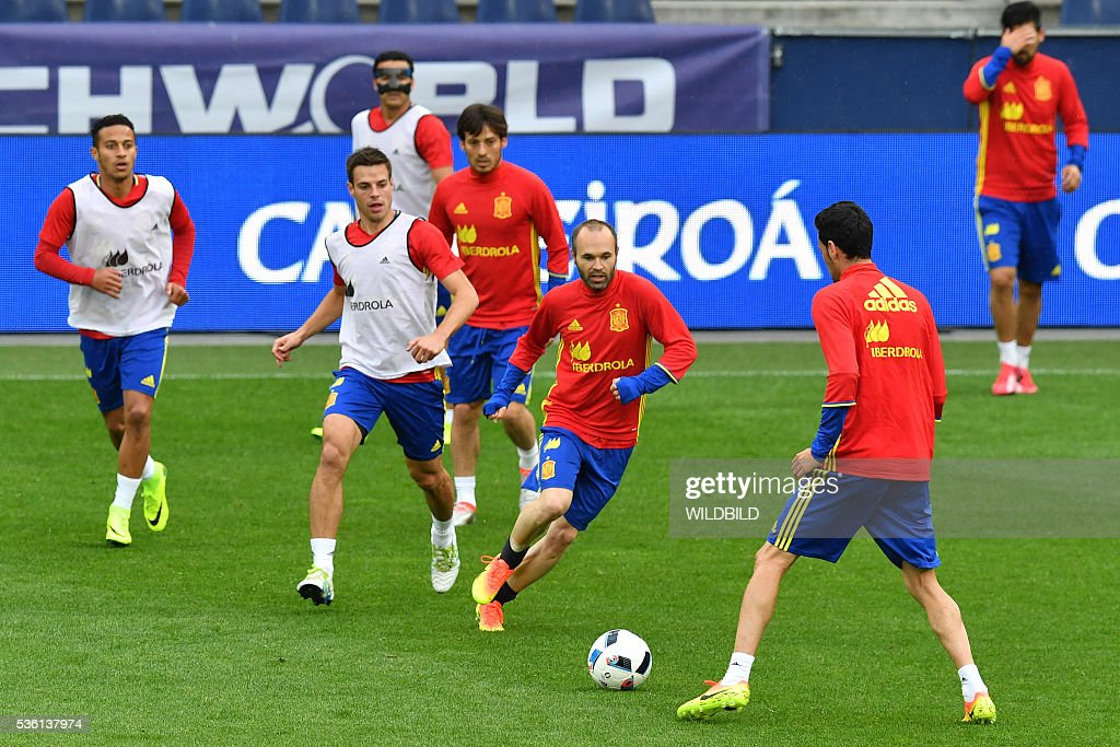 Spain's national soccer players warm up during a training session at Red Bull stadium in Salzburg, Austria on May 31, 2016. / AFP / WILDBILD