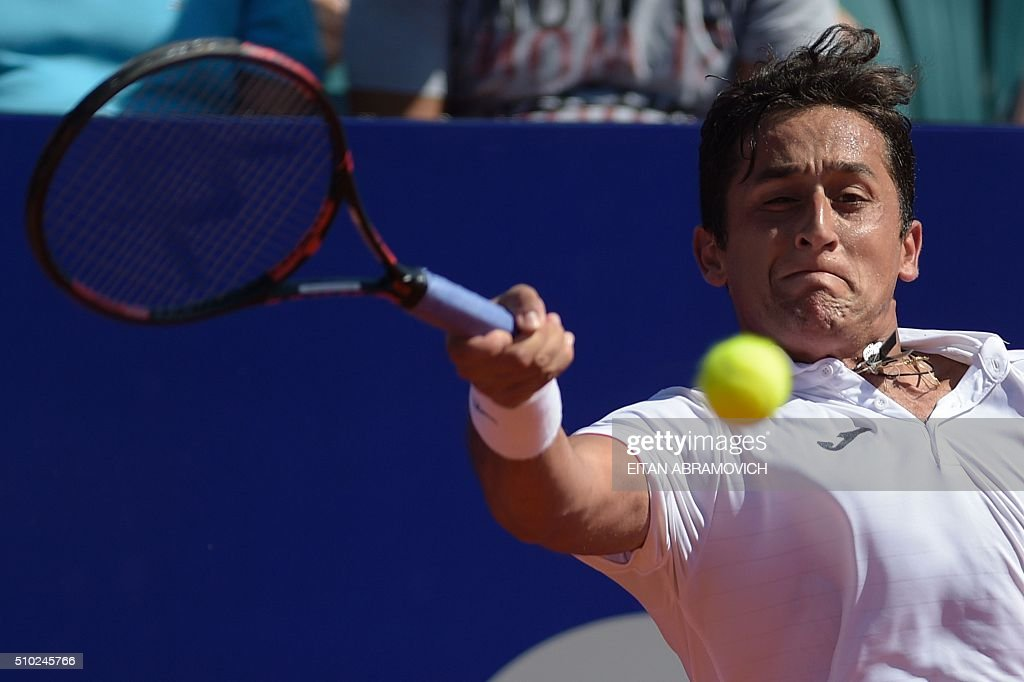 Spain's Nicolas Almagro returns the ball to Austria's Dominic Thiem during their final tennis match at the ATP Argentina Open in Buenos Aires, Argentina, on February 14, 2016. AFP PHOTO/EITAN ABRAMOVICH / AFP / EITAN ABRAMOVICH
