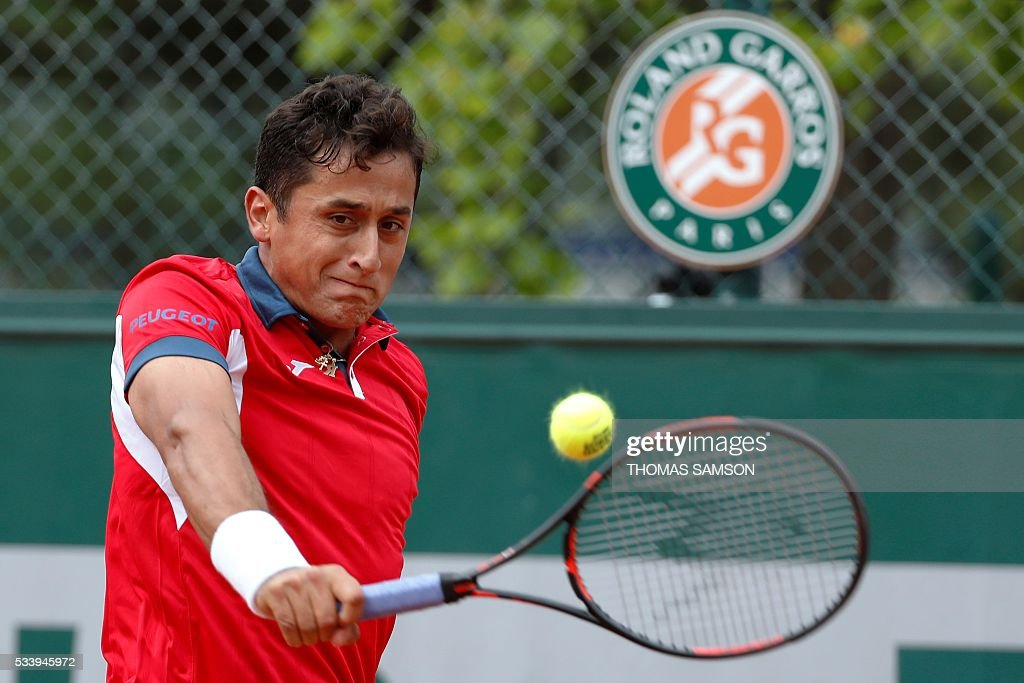 Spain's Nicolas Almagro returns the ball to Germany's Philipp Kohlschreiber during their men's first round match at the Roland Garros 2016 French Tennis Open in Paris on May 24, 2016. / AFP / Thomas SAMSON
