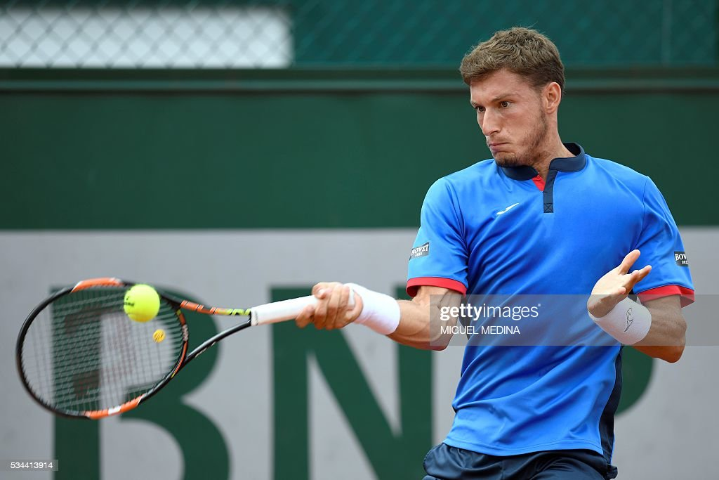 Spain's Pablo Carreno-Busta returns the ball to Britain's Aljaz Bedene during their men's second round match at the Roland Garros 2016 French Tennis Open in Paris on May 26, 2016. / AFP / MIGUEL