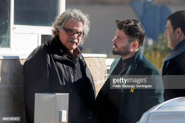 Spain's parliament members for Esquerra Republicana de Catalunya Joan Tarda and Gabriel Rufian chat outside Estremera prison on December 4 2017 near...