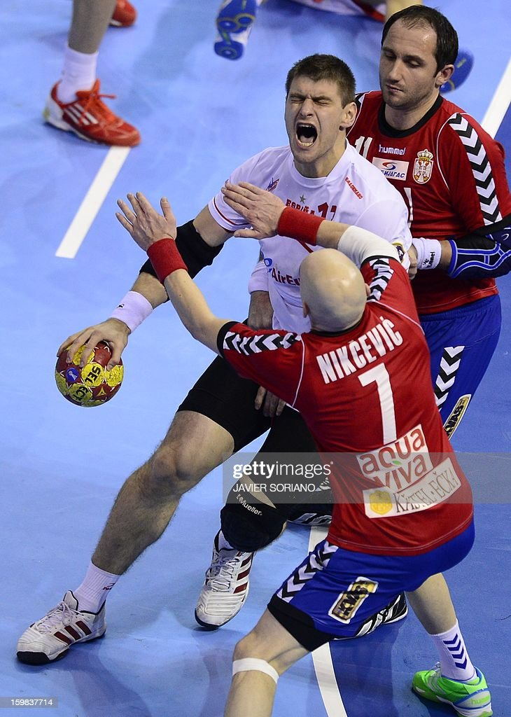 Spain's pivot Julen Aguinagalde (L) vies with Serbia's left wing Ivan Nikcevic (C) and Serbia's pivot Alem Toskic during the 23rd Men's Handball World Championships round of 16 match Serbia vs Spain at the Pabellon Principe Felipe in Zaragoza on January 21, 2013.
